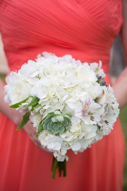 Суккуленты, гортензия и альстромерия в букете невесты