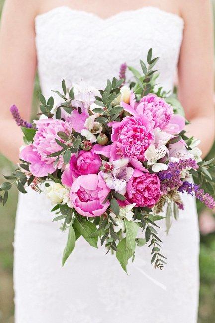 Пионы и альстромерия в букете невесты