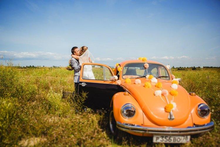 Украшение машины молодоженов яркими помпонами