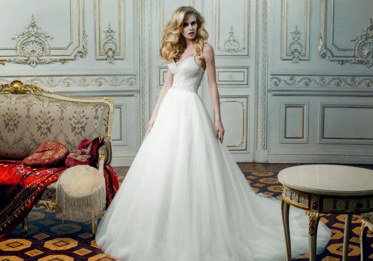 Невеста в пышном свадебном платье