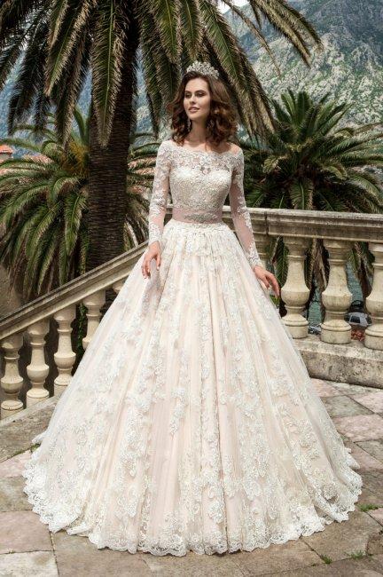 Невеста в пышном наряде