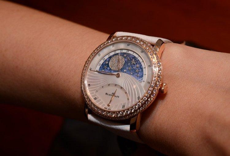Наручные часы с перламутровым циферблатом