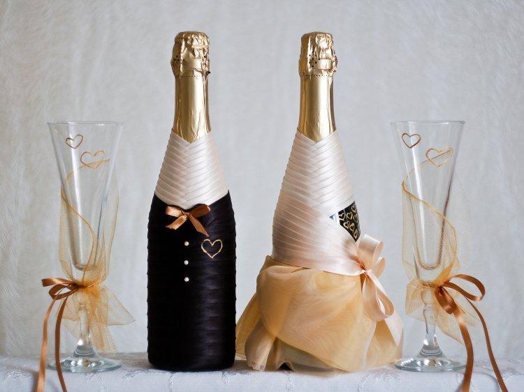 Шампанское в виде молодоженов