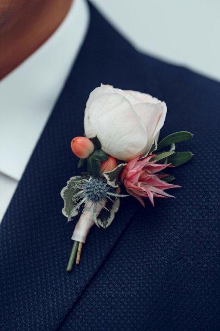 Бутоньерки на свадьбу для жениха, свидетелей и гостей (фото)