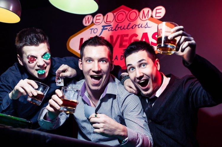 Жених с друзьями в клубе