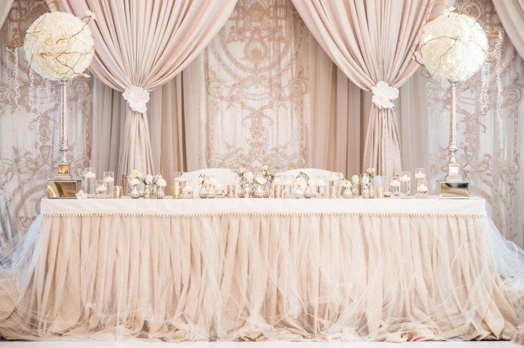 Стол жениха и невесты в классическом стиле