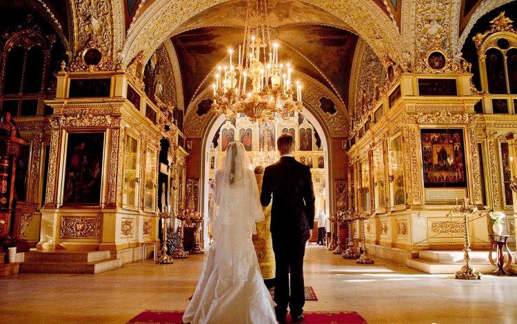 Жених и невеста в церкви