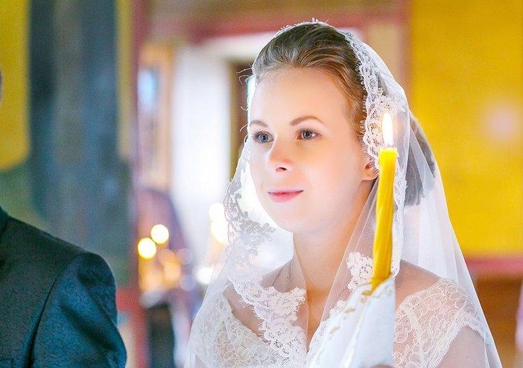 Невеста на венчании