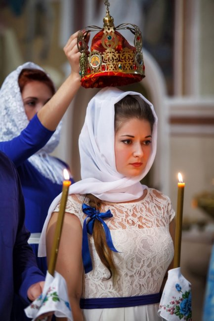 Красивая невеста на венчании