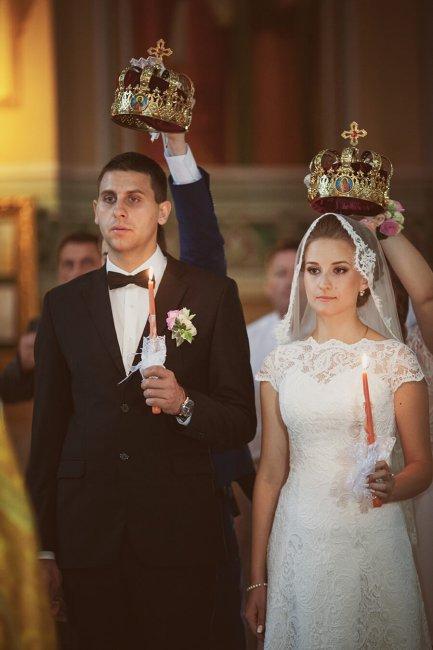 Двое венчаются