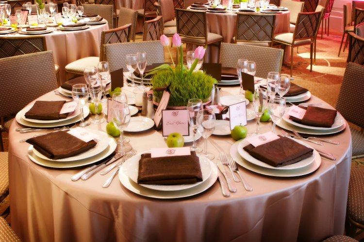 Интересное украшение стола с яблоками и тюльпанами