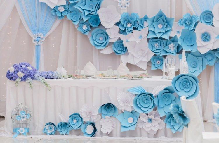 Декор стены бумажными цветами