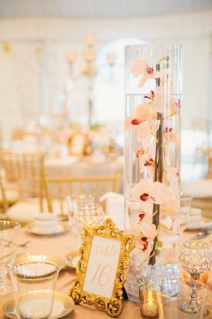Украшение стола вазой с орхидеями