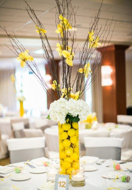 Ваза с фруктами в декоре свадебного стола