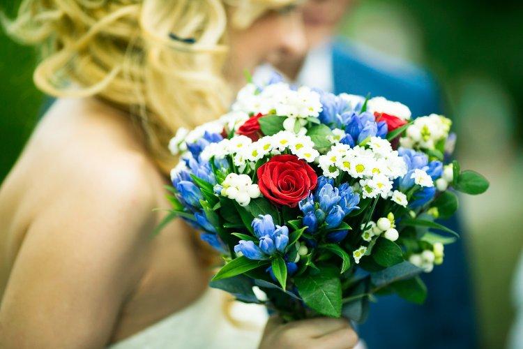 Красивый букет невесты с синими цветами