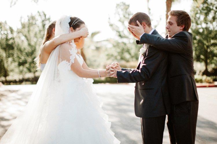Свидетели помогают влюбленной паре соедениться