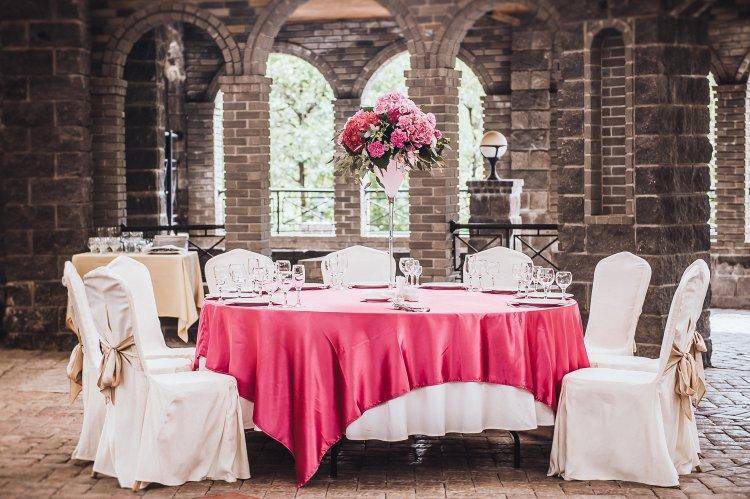 Бюджетный вариат украсить свадебный стол с юбкой
