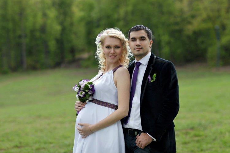 Беременная невеста и жених