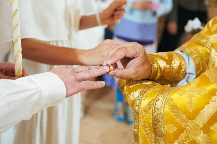 Священник с кольцами