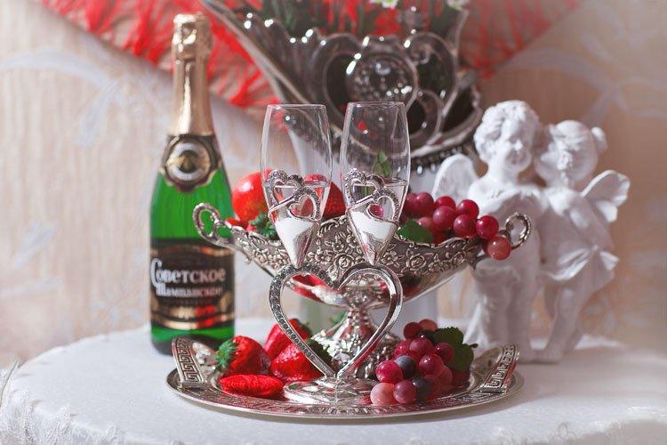 Открытка с конфетами и шампанским