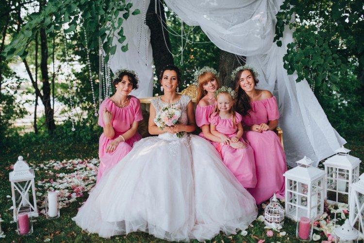 Подружки невесты в одинаковых вечерних платьях