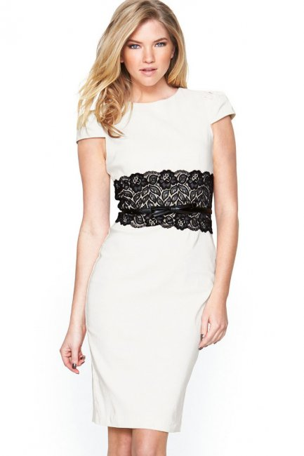 Белое платье с ярким акцентом