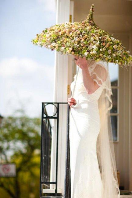 Невеста с цветочным зонтом
