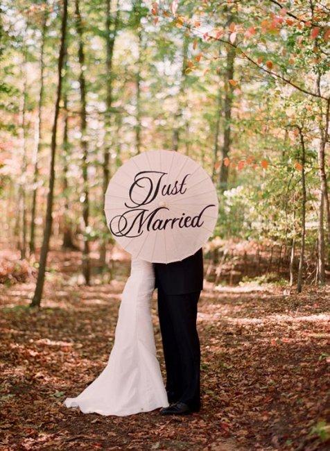 Зонт с памятными надписями на свадебной фотосъемке