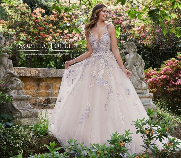 Тренд № 12. Цветные свадебные платья
