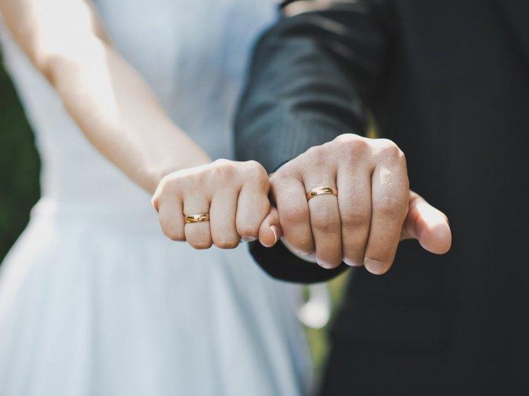Прикольная рисунок, картинка обручальные кольца на руках