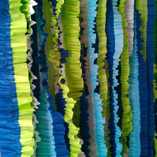 Разноцветные гирлянды из крепированной бумаги