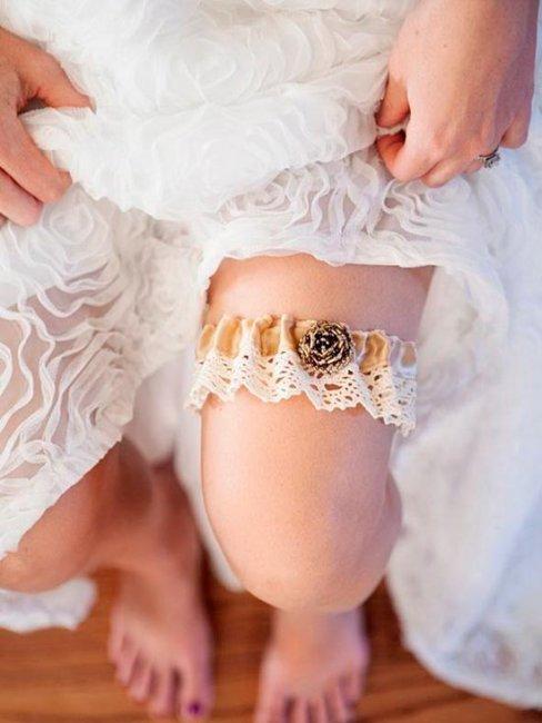 Подвязка на ноге невесты