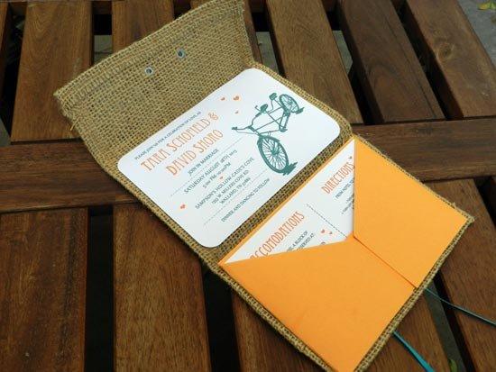 Программа свадьбы в конверте из мешковины