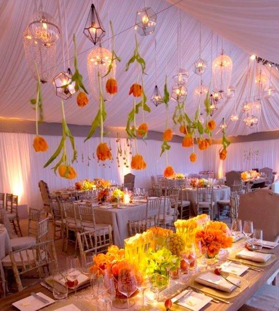 Красивые цветы в декоре зала