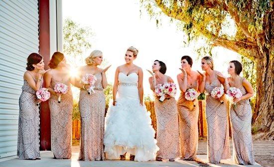 Один фасон и цвет платьев