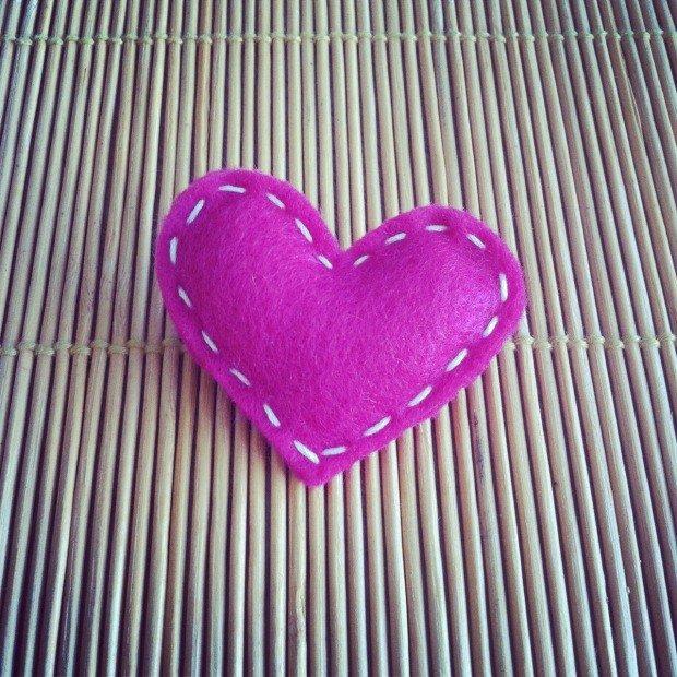 Брошь в виде фиолетового сердечка