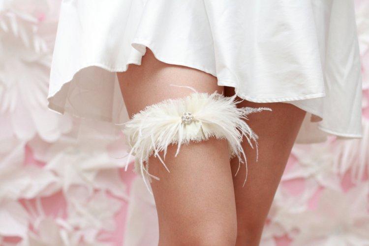 Подвязка невесты с перьями