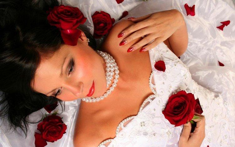 Яркий маникюр невесты