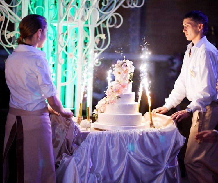 Подача свадебного торта