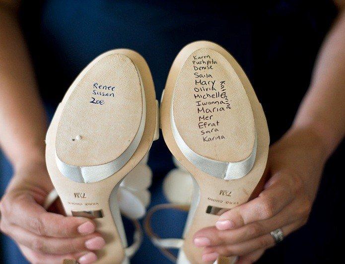 4632c30a8 Надписи на свадебных туфлях – красивая и интересная традиция