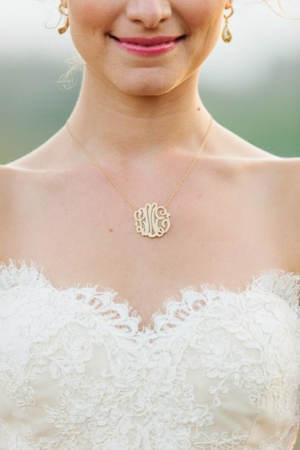 Украшение невесты в виде монограммы
