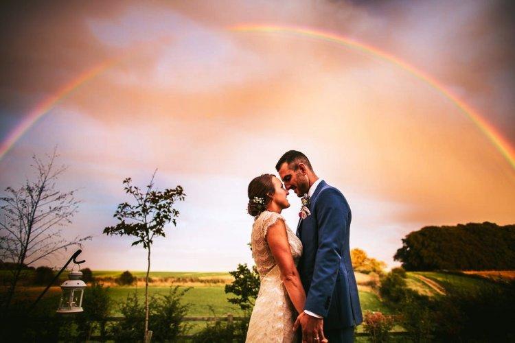 Свадебное фото на фоне радуги