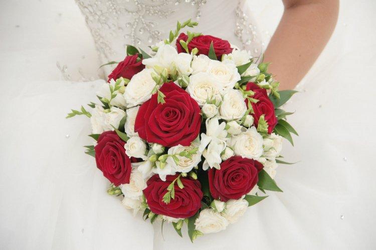 svadebniy-buket-iz-semeynoy-rozi-i-romashki-buket-na-zakaz-lilii