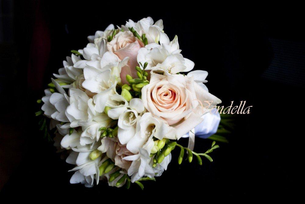Букет невесты из трех роз и фрезий, цена челябинске